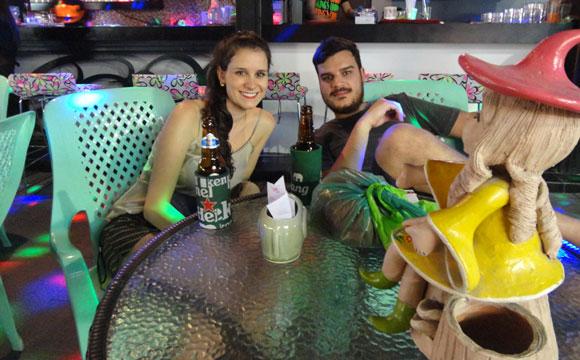 Barzinho próximo a Av. Patpong, onde tem opção de diversão para todos os gostos e idades