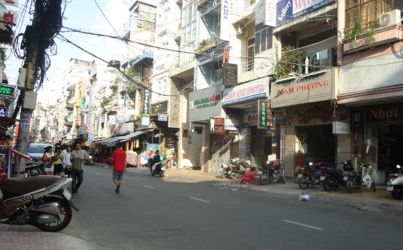 A confusão de fios, casas,prédios,comércio