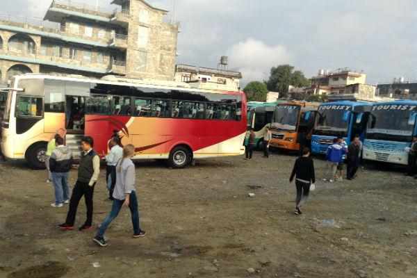 Essa é a rodoviária de Pokhara. É só chegar e comprar a passagem