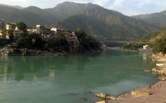 o melhos a se fazer em Rishikesh: sentar em um café, e comer muito bem com essa vista!