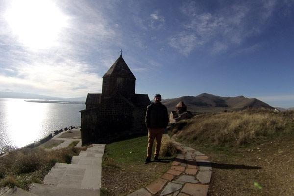 Mosteiro e lago Sevan ao fundo