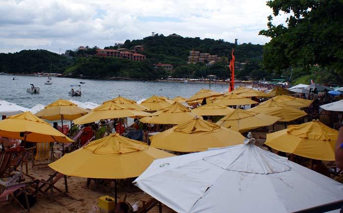 Praia João Fernandes bombando. Não dá, né?